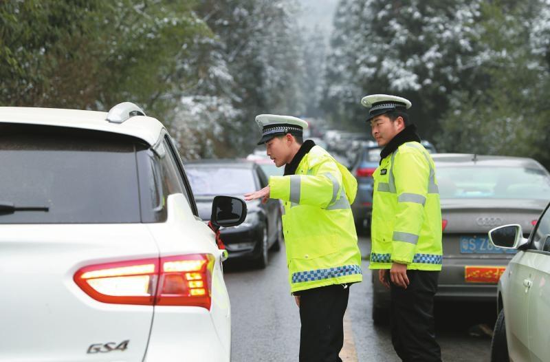 冰雪路上 交警护卫平安
