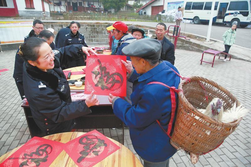 广安市公安局组织民警深入广安区白马乡的村镇为村民写春联,恋物前线送祝福